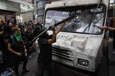 En las instalaciones de uno de los periódicos, las manifestantes pintaron los muros, vandalizaron cuatro camiones repartidores e, incluso, incendiaron uno de ellos, a lo que la policía capitalina respondió con extintores.
