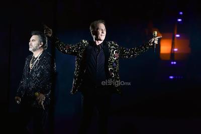 Al dar las 22:00 de la noche los cantantes irrumpieron en el escenario central (360 grados) en medio de gritos, aplausos y rostros felices.