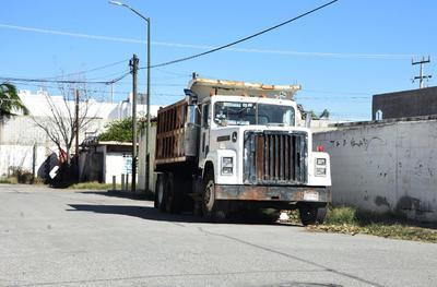 En calle Pámanes hay un camión yonqueado, desde hace mucho tiempo y también causa molestia pues el espacio de las calles es reducido.