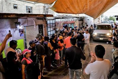 Familiares de Fátima Cecilia, víctima de feminicidio, durante el velorio con cuerpo presente en su domicilio ubicado en María Dolores Obregón de la colonia San Sebastián alcaldía Xochimilco.