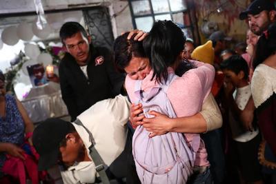 La señora María Magdalena Antón Fernández, madre de la menor Fátima cuyo cuerpo fue localizado en un predio en Tláhuac, al momento de que les fueron entregados los restos de la menor en su casa, donde familiares, vecinos y amigos le esperaban para darle el último adiós, en un clima de profunda consternación en el pueblo Tulyehualco, en la alcaldía Xochimilco, al sur de la Ciudad de México.
