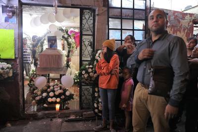 Personas asisten al funeral de la niña Fátima este lunes en el barrio de Tulyehualco en Ciudad de México (México). El cuerpo de Fátima Cecilia Aldriguett fue encontrado este fin de semana en una bolsa de plástico sin órganos y con signos de tortura en la alcaldía Tlahuac, en el sur de la capital mexicana, cerca de Santiago Tulyehualco, donde vivía con su familia. Sin haberse recuperado todavía de la conmoción por el asesinato la semana pasada contra Ingrid Escamilla, descuartizada presuntamente a manos de su pareja, México amaneció con la noticia de un nuevo crimen escabroso.