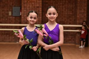 17022020 MUY LINDAS.  Amanda y Allegra Estrella Luna en su clase de ballet.
