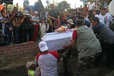 Familiares y amigos durante el entierro de la niña Fátima en Tuyehualco, alcaldía Xochimilco.