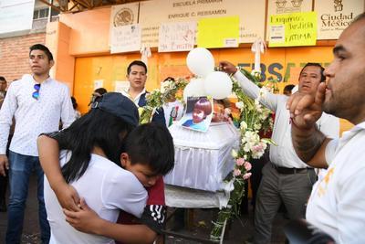 Familiares y amigos en la misa de cuerpo presente de la niña Fátima en Tuyehualco, alcaldía Xochimilco.