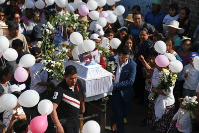 Con mariachis y peluches, amigos, familiares y vecinos de la alcaldía Tláhuac en la Ciudad de México dan el último adiós a la pequeña Fátima, la niña cuyo asesinato ha conmocionado a México.