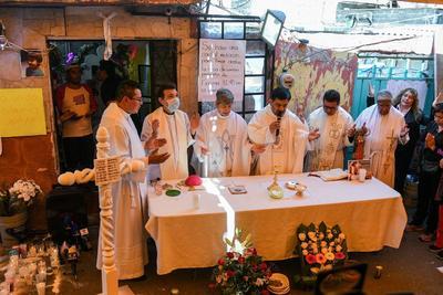 Sacerdotes ofician una misa durante el funeral de la niña Fatima Aldriguett este martes, en el barrio Tulyehualco de la Ciudad de México (México).