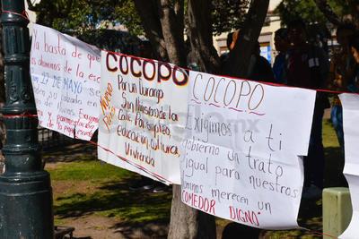 Con pancartas de exigencias y fotografías de los normalistas desaparecidos, el contingente se postró en dicha plaza.