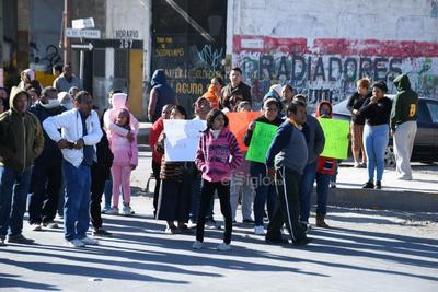 Con pancartas, gritos y quema de llantas exigieron la presencia del alcalde Jorge Zermeño, de quién afirman debe dar