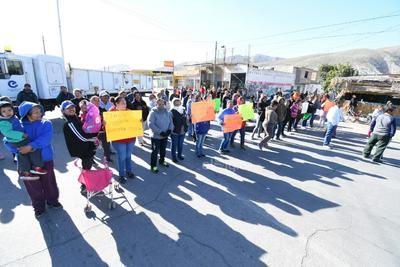 Con pancartas, gritos y quema de llantas exigieron la presencia del alcalde Jorge Zermeño, de quién afirman debe dar 'explicaciones' por la perforación del pozo, ya que temen que se afecte su suministro de agua.