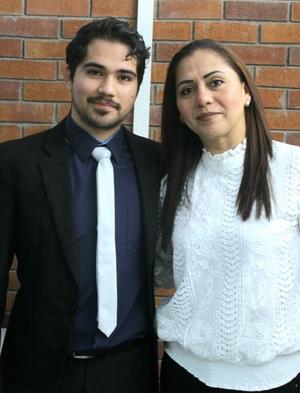23022020 Eduardo Miguel Valdez Gómez en su recepción de titulación de Ing. en Sistemas acompañado de su mamá Rocío Y. Gómez G.