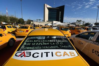 Protestan taxistas en la Plaza Mayor de Torreón