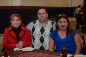 26022020 EN UN CUMPLEAñOS.  Doris Silveyra, Carlos Muñoz y Wendy Razo.