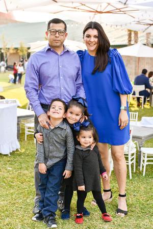 27022020 Gustavo y Tayra con sus hijos Gustavo, Constanza y Emilia Bollaín y Goytia.