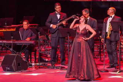 Los grandes éxitos fueron acompañados de orquesta y mariachi.