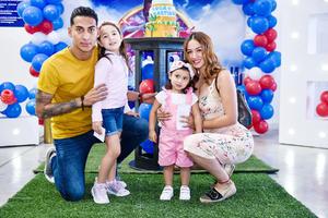Hugo Rodriguez,Karen Gomez con sus hijas Sofi y Katy.