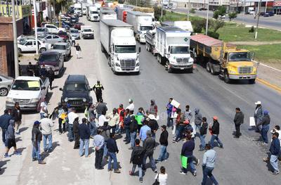 Habitantes de Tlahualilo encabezan la protesta.