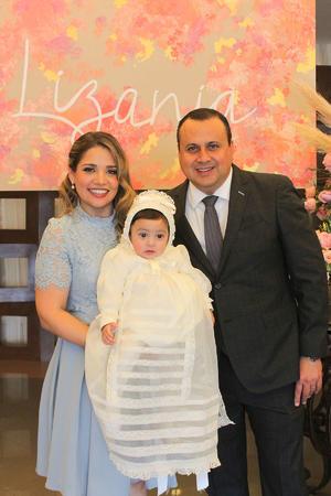 04032020 RECIBE EL PRIMERO DE LOS SACRAMENTOS.  La pequeña Lizania llegó a la pila bautismal en brazos de sus papás, Lizania Agüero y Alberto Alday.