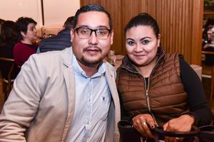04032020 EN PAREJA.  Alejandro Ramírez y Lluvia Muñoz.