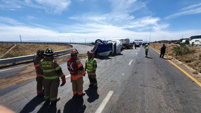Cierran carretera Durango-Parral por volcadura de pipa