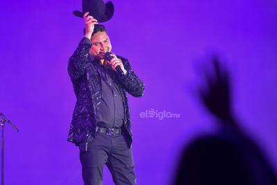 Con un sombrero que le costó 500 pesos, según contó el joven Julián Arreola, acudió al Coliseo con todas las ganas de bailar al ritmo de las canciones del, 'compadre Julión'.