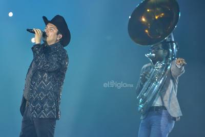 Estoy feliz de volver a Torreón, los vamos a complacer con muchas canciones, exclamó el intérprete, quien lució ropa negra con un sombre del mismo color, pero con toques plateados.