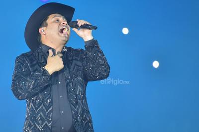 Julión Álvarez lo volvió a hacer. Tras una larga ausencia en La Laguna de Coahuila, ya que el año pasado estuvo en la Feria de Gómez Palacio, el cantante reunió a miles de fanáticos durante su paso anoche por el Coliseo Centenario.