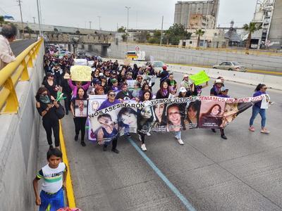 Portaron carteles exigiendo un cese a la violencia. Recordaron a las mujeres víctimas de violencia.