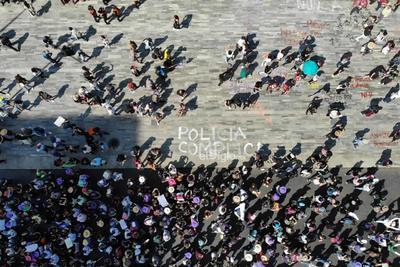 Miles de mujeres marchan del Monumento a la Revolución rumbo al Zócalo capitalino en el marco del Día de la Mujer, el domingo 8 de marzo de 2020.
