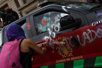 En el marco del Día Internacional de la Mujer, colectivos de Mujeres marchan del Monumento a la Revolución, rumbo al Zócalo Capitalino.