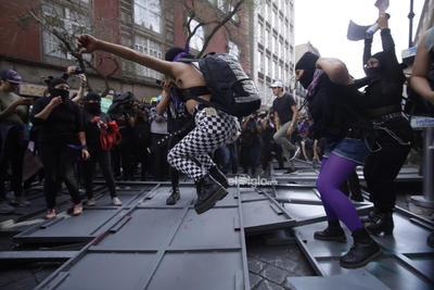 En el marco del Día Internacional de la Mujer, colectivos feministas Marchan desde el monumento a la revolución hacia el zócalo.