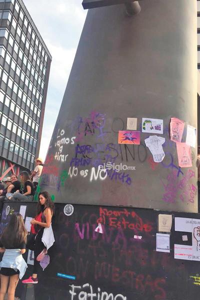 Miles de mujeres marchan del Monumento a la Revolución rumbo al Zócalo capitalino en el marco del Día de la Mujer, el domingo 8 de marzo de 2020. Sobre paseo de la Reforma, algunos monumentos fueron vandalizados durante el evento.