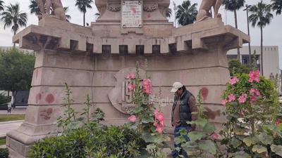 Un hombre realiza tareas de limpieza en el monumento a Benito Juárez en la Plaza Mayor de Torreón.