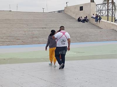 Algunas personas pasearon con sus parejas en la Plaza Mayor de Torreón.
