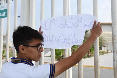 Estudiantes de la preparatoria Venustiano Carranza de Torreón (PVC), se manifestaron este lunes a las afueras del plantel, se quejaron de la suspensión de clases que ordenó la Secretaria de Educación en el Estado de Coahuila, en apego al paro nacional de Mujeres que se lleva a cabo en todo el país.