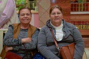 06032020 DE PASEO.  Rebeca y Rosalía.