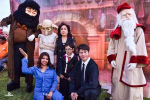 08032020 Leonardo acompañado de su tía Lourdes García y los personajes de Harry Potter.
