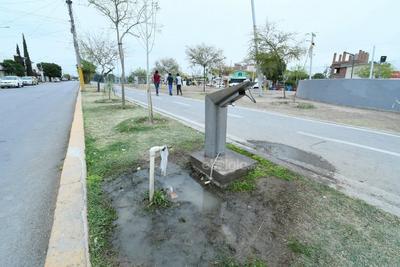 Fugas. Los diversos bebederos a lo largo de la Línea Verde están dañados, contrastando con las fugas de agua a su alrededor, que además se vuelven un foco de infección por el estancamiento del agua.