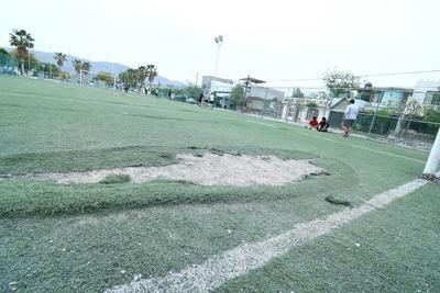 Tropiezos. El pasto sintético en las canchas de futbol es un peligro para los jugadores, quienes tienen que sortear la alfombra levantada por el desgaste.