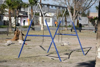 El área infantil presenta abandono, como los columpios, cuyas bases se desprenden de las cadenas oxidadas, siendo un objeto inservible.
