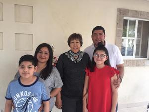 15032020 EN FAMILIA.  Cumpleaños de María del Carmen Parga en compañía de su hijo Iván Soto Parga, sus nietos, Karol, Diego y Fabiola Pedroza.