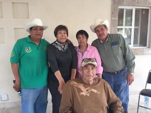 15032020 UNA VUELTA MáS AL SOL.  María del Carmen celebró su cumpleaños en una reunión acompañada de sus hermanos, Ramona, Víctor, Manuel, Juan y Carlos Parga Torres.
