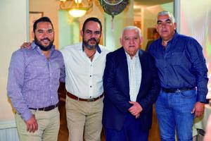 17032020 EN FAMILIA.  Jorge Rivera con sus hijos en reciente celebración.