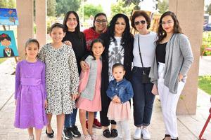 15032020 LA FOTO DEL RECUERDO.  La maestra Alejandra de la Peña en compañía de sus alumnos en pasada exposición de arte.