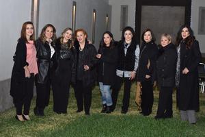 12032020 UN AñO MáS DE VIDA.  Sandra Romero en compañía de algunas de las asistentes a su fiesta de cumpleaños.