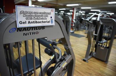 Laguneros se ejercitan y toman precauciones en gimnasios de Torreón