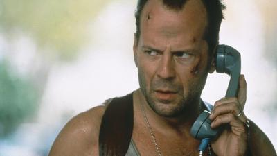 8. Die Hard John McClane, policía de Nueva York, llega a Los Ángeles para celebrar la Navidad, pero se ve envuelto en una lucha contra un grupo de malhechores que toman de rehén a su esposa en un rascacielos, el Nakatomi Plaza.