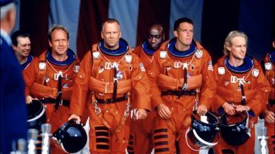 10. Armageddon Un equipo de astronautas es enviado al espacio para destruir un asteroide del tamaño de Texas que se acerca a la Tierra.