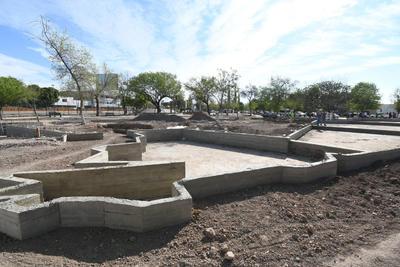 """Ya se construye en la parte central de la Plaza de la Tortuga, el llamado """"Lago Torreón"""", mismo que tendrá la forma del contorno del municipio; se le instalarán juegos de luces para hacerlo más atractivo, según se informó en los avances de la obra, la cual fue supervisada ayer."""
