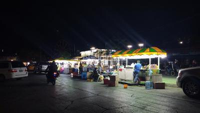 Los puestos de la Alameda Zaragoza lucen sin clientes.